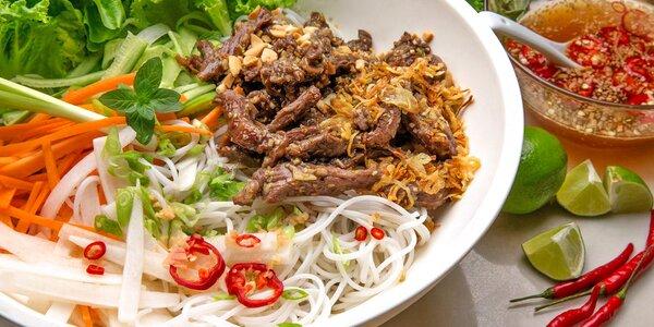 Bún bò Nam Bộ + letní závitky s krevetami