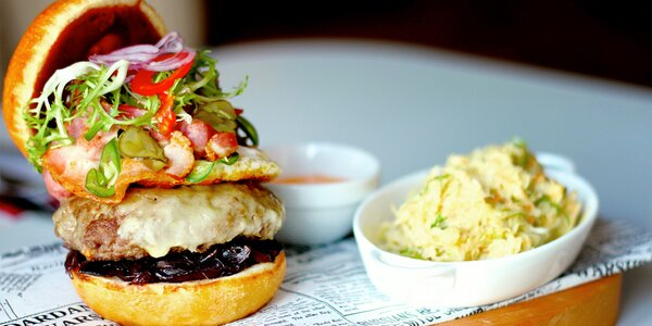Hovězí nebo lososový burger včetně přílohy