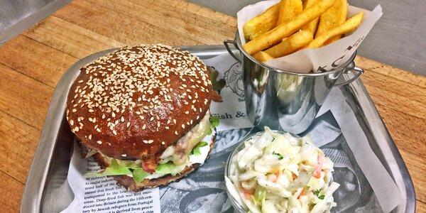 Burger dle výběru, cibulové kroužky a hranolky