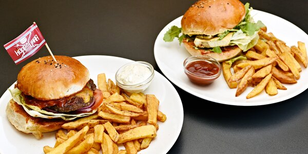 Parádní burger s porcí hranolků uprostřed Prahy