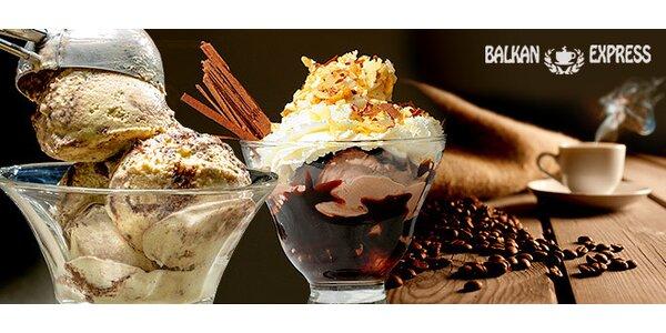 Dva zmrzlinové poháry a dvě kávy ve vagonu