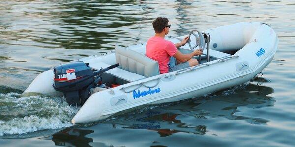 Půjčte si motorový člun na Baťově kanále