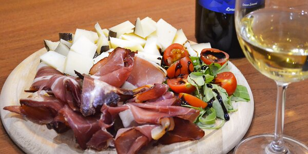 Láhev vína a obložené prkénko v Al Settimo Cielo