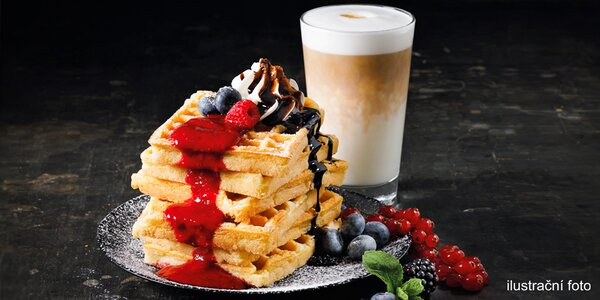 Čerstvé vafle s Frozen Yogurtem a caffè latte
