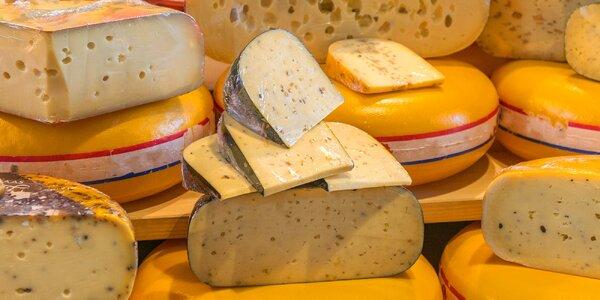 Různé druhy sýrů a další delikatesy