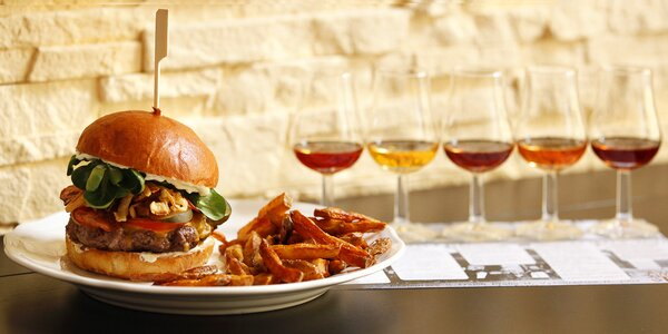 Dejte si do nosu: nacpaný burger a degustace rumů