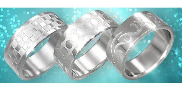 69 Kč za moderní ocelový prsten dle vlastního výběru s dárkovou krabičkou.
