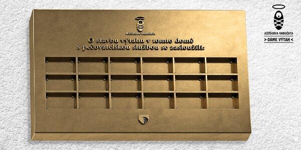 Dáme výtah: jméno na pamětní desce v Krucemburku