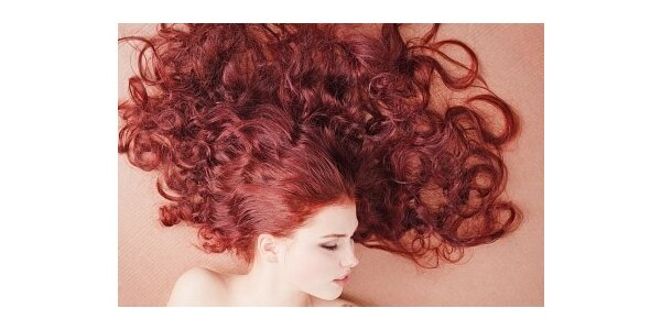550 Kč za barvení vlasů, střih, styling a foukanou se slevou 39 %