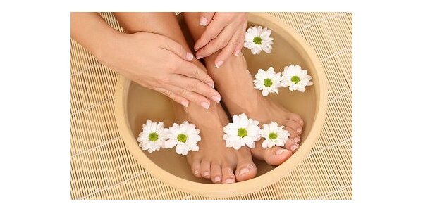 250 Kč za gelové nehty na nohou, peeling z cukrové třtiny a masáž