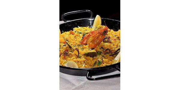 359 Kč za populární španělský pokrm Paella pro 2 osoby a láhev vína k tomu.