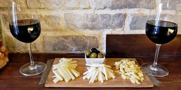 Dvě sklenky španělského vína a velké sýrové tapas