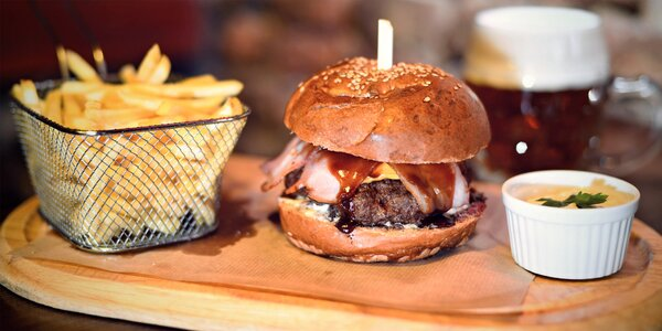 Burgery s hranolky a nápojem v centru Prahy