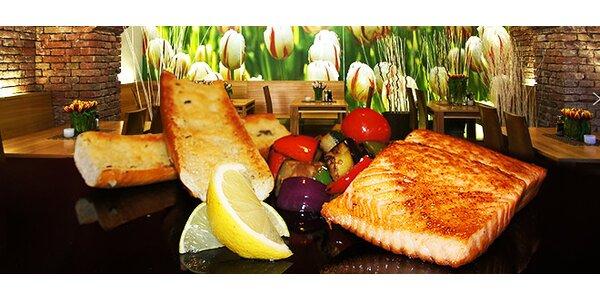Dva lahodné steaky z norského lososa se zeleninou a bagetkou