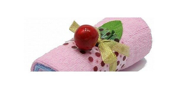Ručníková roláda v krabičce, složená ze dvou ručníků, ozdobená třešničkou.