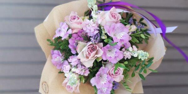 Vázané kytice ve fialové a meruňkové barvě