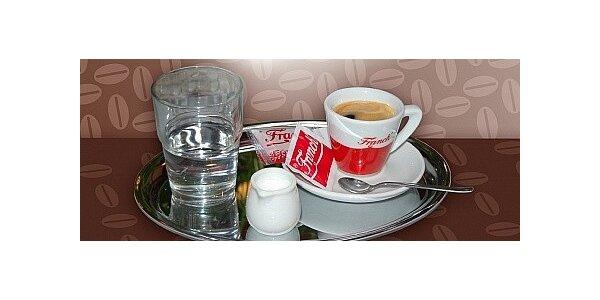 Lahodná káva a medovník pro dvě osoby v příjemné kavárně v Hodoníně.