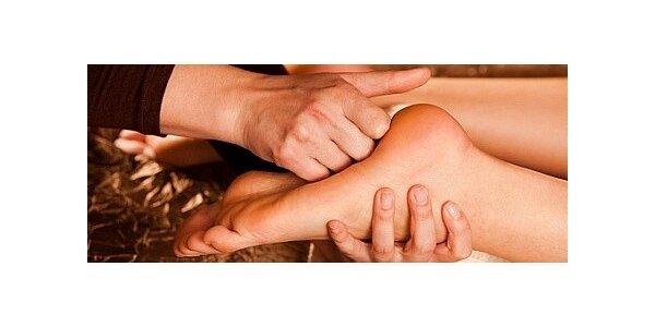 Relaxační uvolňující masáž nohou teplým olejem