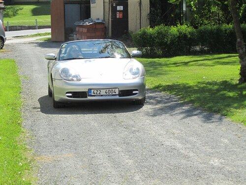 Auta značky Porsche na nádvoří vizovického zámku
