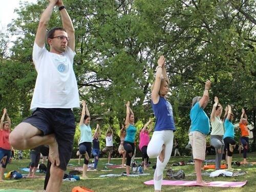 Lekce jógy zdarma v parku Na Kampě – Cvičte jógu s námi 2020
