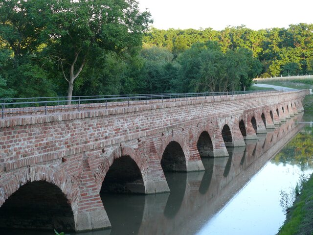 Historický cihlový most u Mikulova
