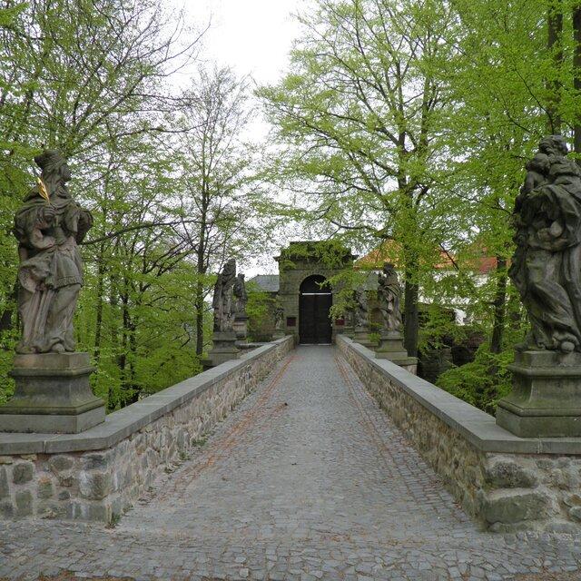 Z Hrubé skály na hrad Valdštejn