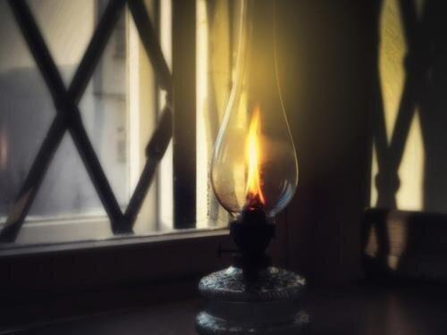 """Okenní výstava """"O svícení v minulosti"""""""
