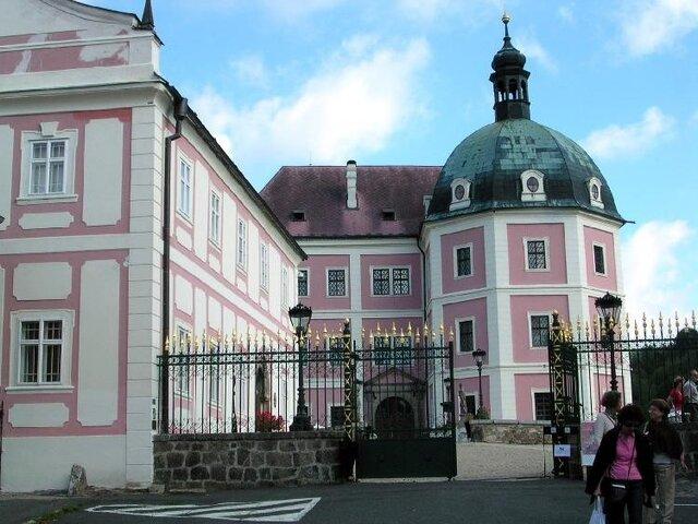 Bečov nad Teplou a relikviář sv. Maura