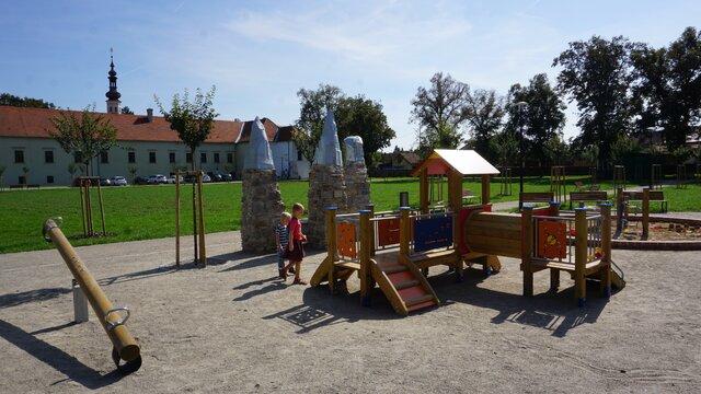 Dětské hřiště před zámkem v Oslavanech
