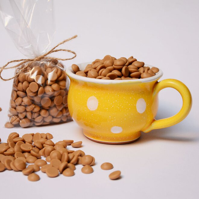 Ručně malovaný hrníček s čočkami ze zlaté karamelové čokolády