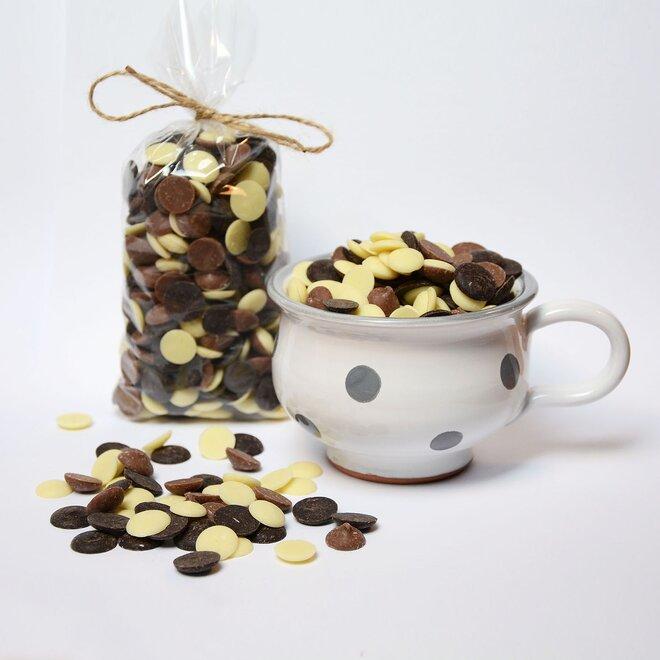Ručně malovaný hrníček s mixem čokoládových čoček
