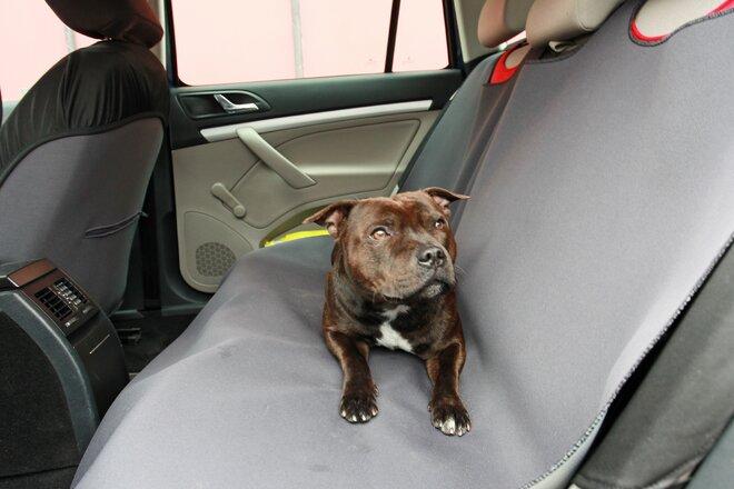 Autodeka na zadní sedadla bez otvorů pro pásy