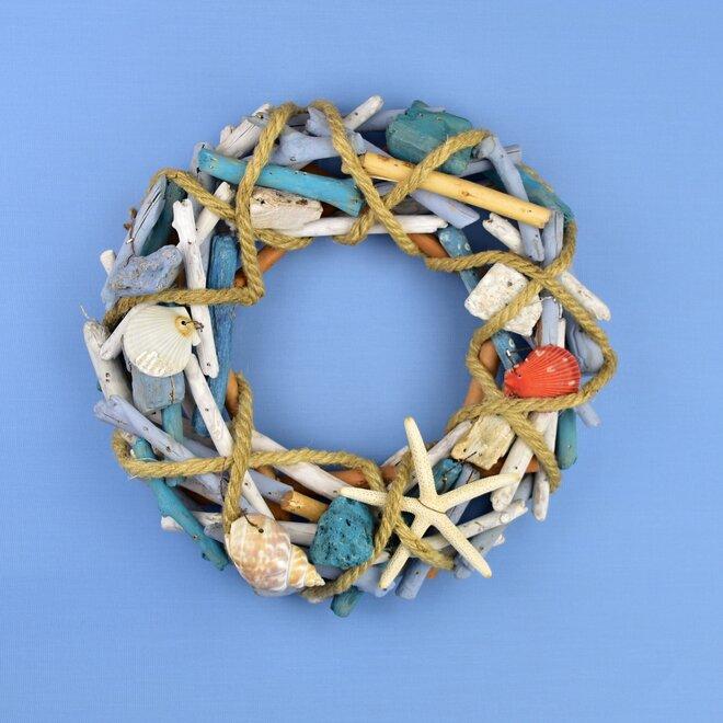 Ratanový věnec s mořskými dekoracemi