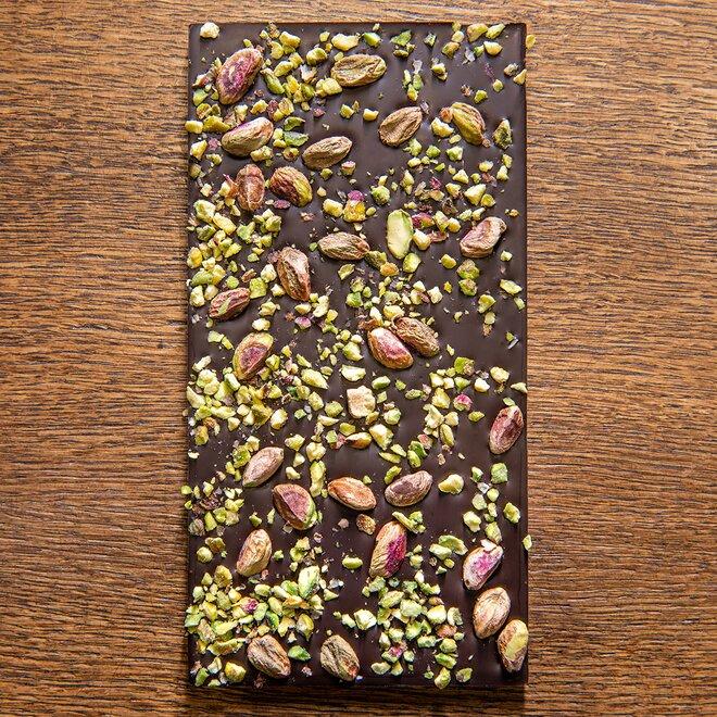 Hořká čokoláda s 68 % kakaa zdobená celými a sekanými pistáciemi