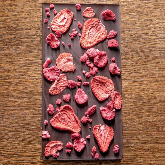 Hořká čokoláda s 68 % kakaa zdobená jahodami a malinami