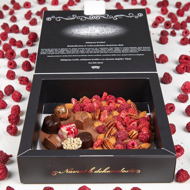 Frgál z 34% mléčné čokolády s pralinkami a směsí ovoce a ořechů (265 g)