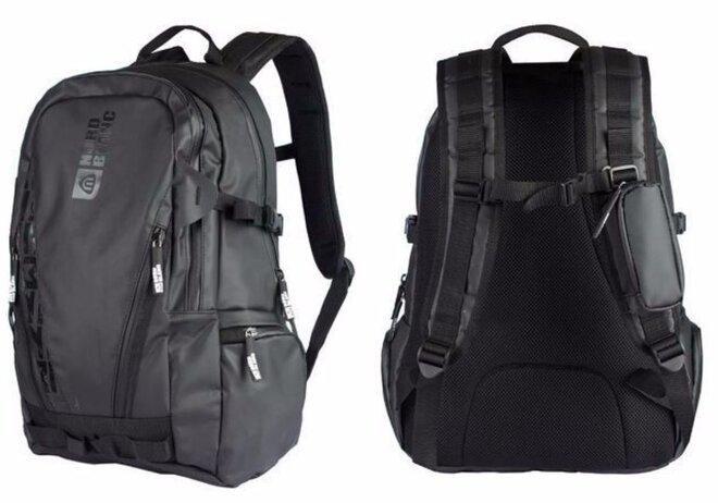 64941ca13ce ... v předním pak praktický organizér s kapsou na klíče a další drobnosti.  Na přední straně batohu je plochá kapsa krytá voděodolným zipem ...