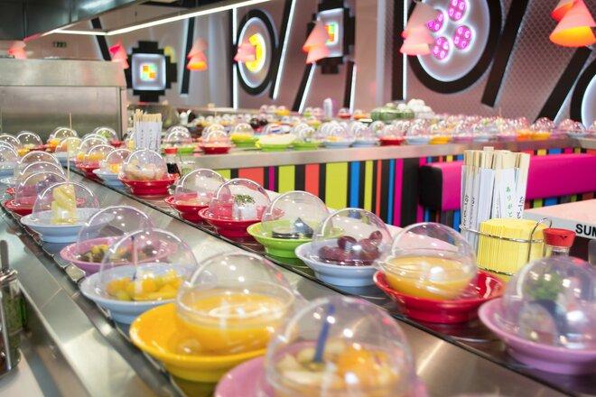 Výtečné running sushi v OC Novodvorská Plaza | Slevomat.cz
