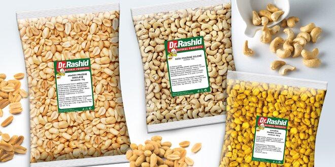 Pražené oříšky a kukuřice na mlsání