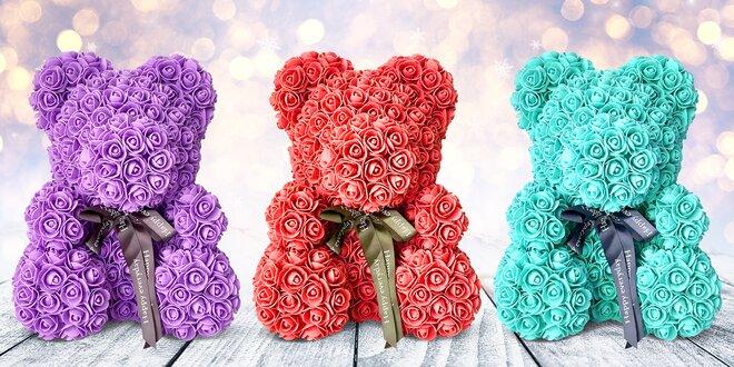 Medvídci z umělých růží v dárkovém balení