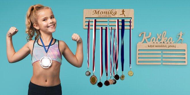 Dřevěný věšák na medaile se jménem či textem