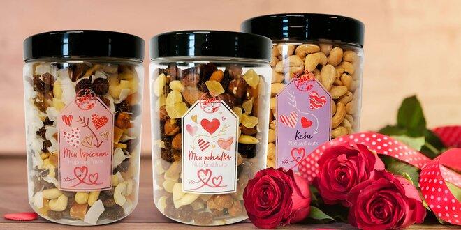 Valentýnské dózy plné oříšků: kešu, pistácie aj.