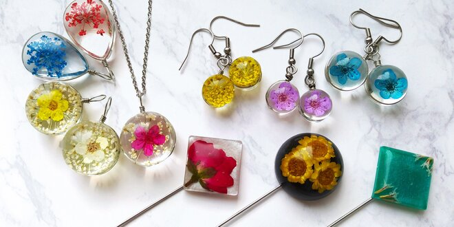 Šperky s pravými květy, ruční výroba: brože i přívěsky