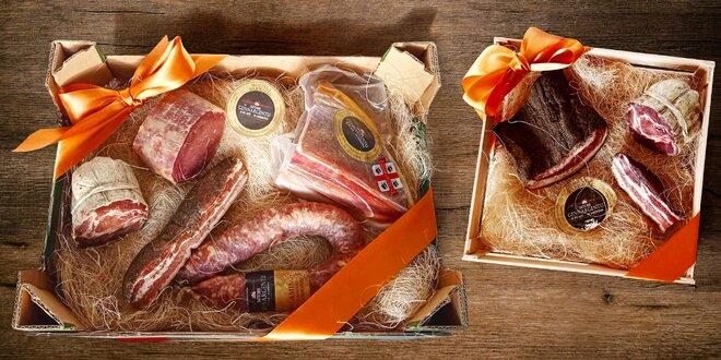 Masové dobroty ze Sardinie: slanina, klobásy, kotleta