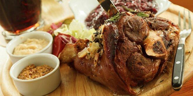 Pečené vepřové koleno v Zámecké restauraci v Manětíně