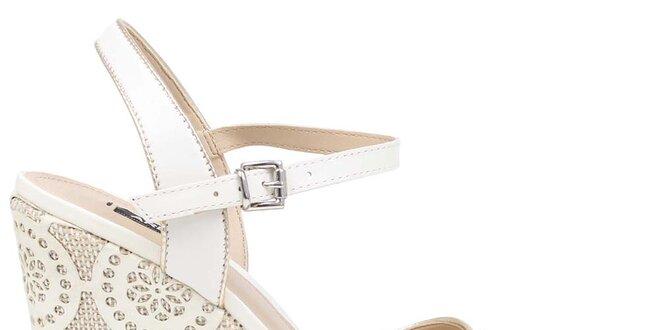 ad83fad826a0 Dámské bílé boty na vysokém vzorovaném klínu Arezzo