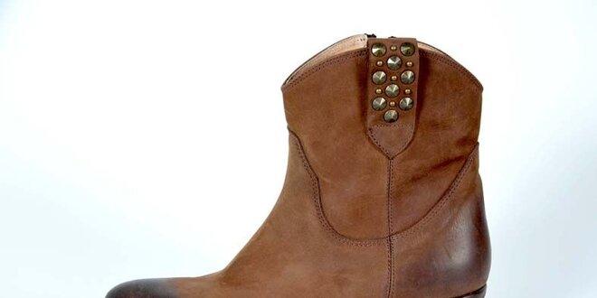 Dámské světle hnědé kotníkové boty Bluegenex s kovovými cvoky