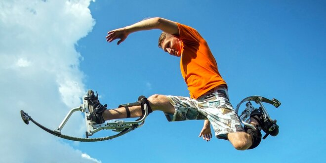 Hodina poskakování a běhání na skákacích botách