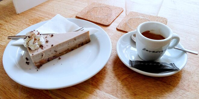 Káva a dort v srdci Smíchova