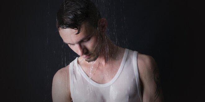 Focení sexy snímků mezi kapkami deště